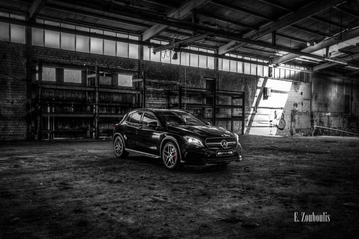 Little Devil - Der Mercedes-Benz GLA 45 AMG im Inneren einer verlassenen Fabrikhalle