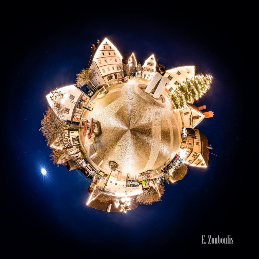 360, 71116, Baden-Württemberg, Brunnen, Bäume, Christmas, Christmas Tree, Deutschland, Dezember, Dunkel, EZ00553, Fachwerkhaus, Fine Art, FineArt, Full Moon, Germany, Gärtringen, Himmel, Kugel, Langzeitbelichtung, Licht, Long Exposure, Markt, Marktplatz, Mond, Moon, Nacht, Night, Panorama, Planet, Sky, Skyline, Trees, Vollmond, Weihnachstbaum, Weihnachten, Zouboulis, backhaus, backstube, fountain, frame house, little planet, sphere, sphäre, urban, zouboulis photography