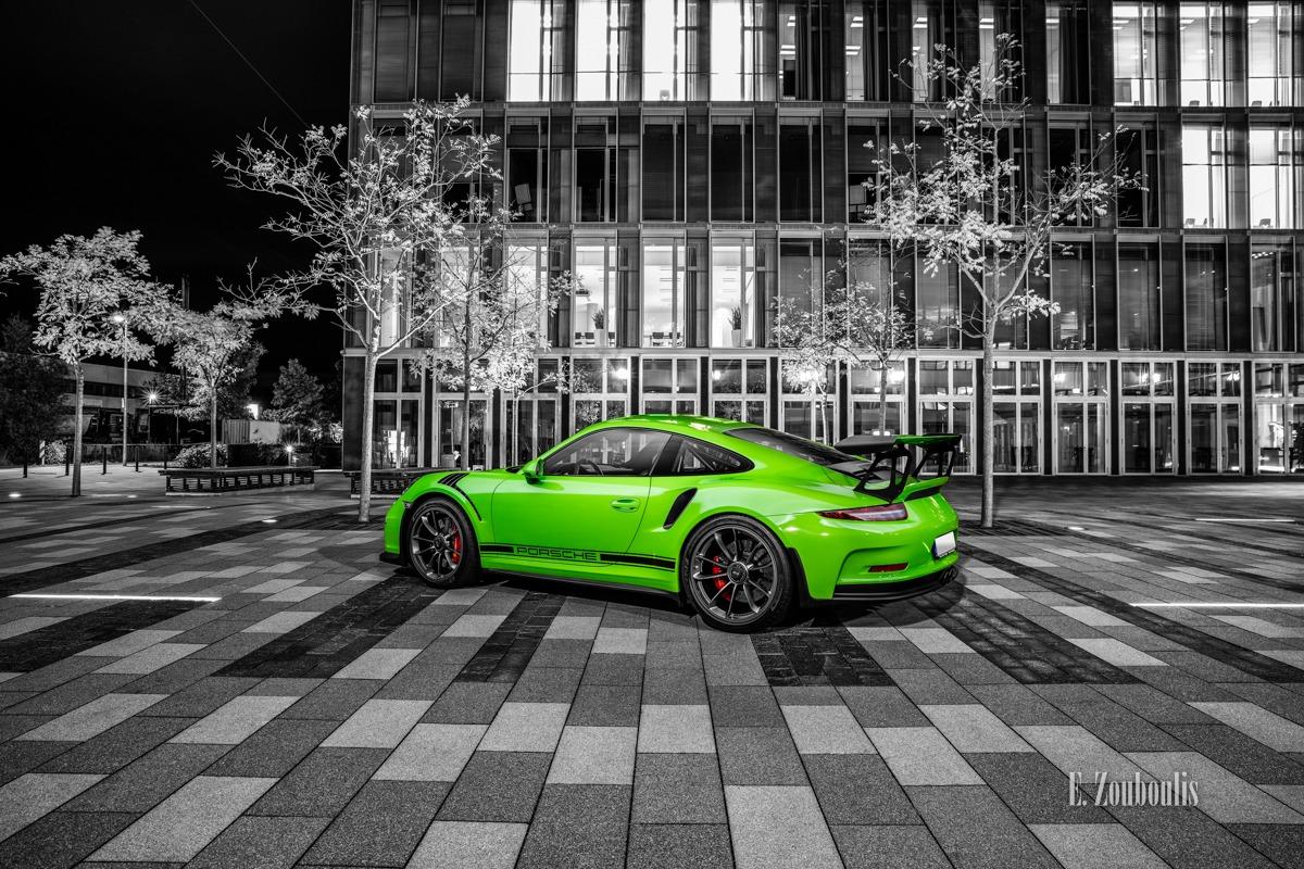 Schwarzweiß-Aufnahme eines grünen Porsche GT3 RS beim Fotoshooting an der EnBW am Fasanenhof Stuttgart