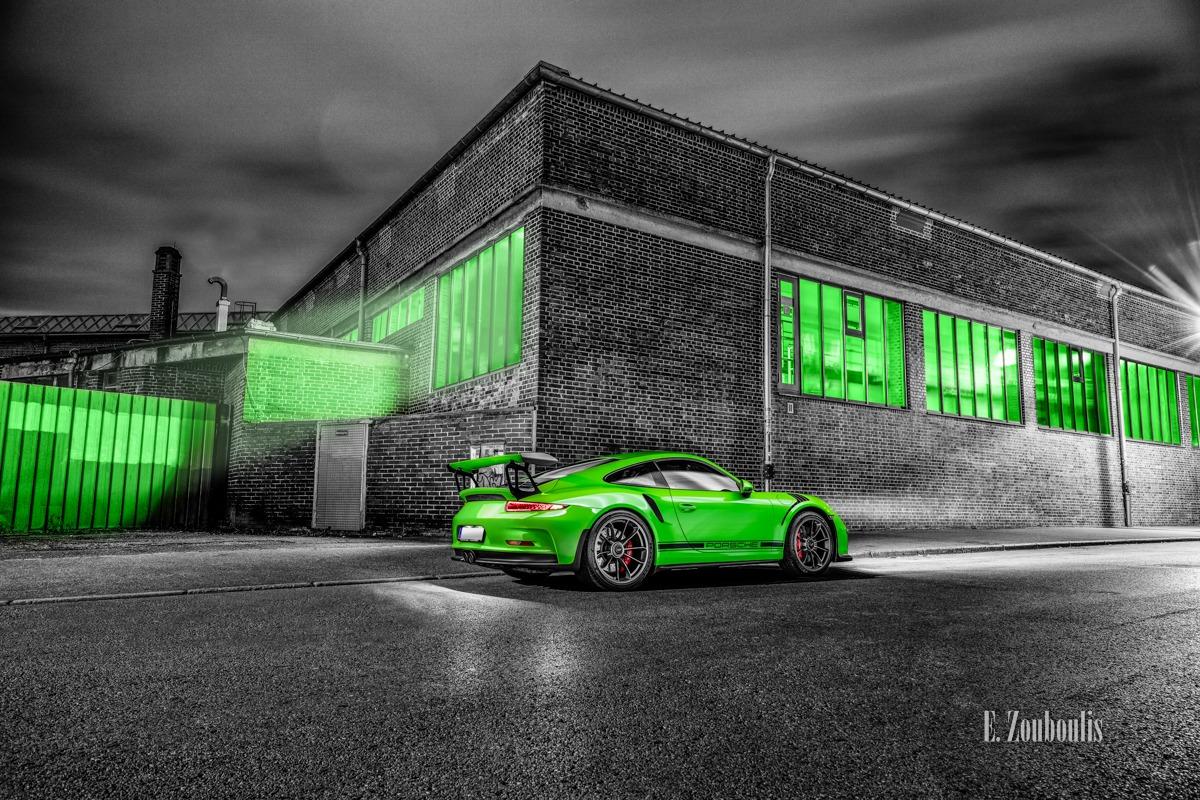 Schwarzweiß-Aufnahme mit grünem Porsche GT3 RS in seitlicher Heckansicht in Stuttgart Bad Cannstatt