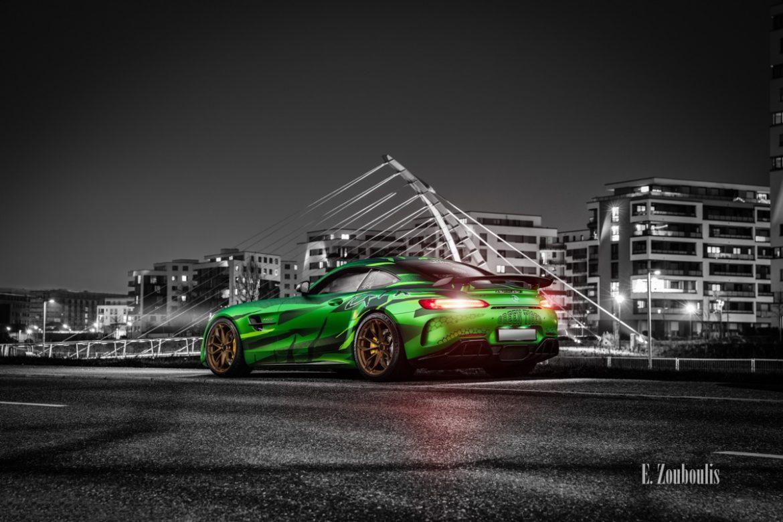 Schwarzweiss-Aufnahme eines Sievers Performance AMG GTR Green Tiger in grün. Im Hintergrund ist die Brücke am Flugfeld Böblingen zu sehen