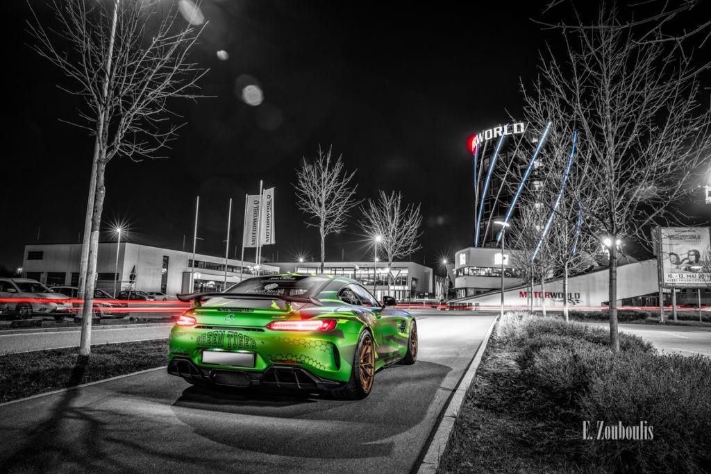 Schwarzweiss-Aufnahme eines Sievers Performance AMG GTR Green Tiger in grün. Im Hintergrund ist der Motorworld Turm am Flugfeld Böblingen zu sehen