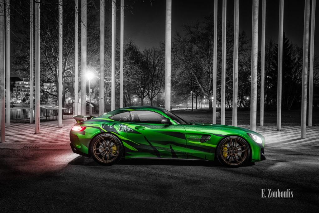 Fotografie eines Sievers Performance AMG GTR Green Tiger. Im Hintergrund ist die Wandelhalle am Unteren See in Böblingen zu sehen