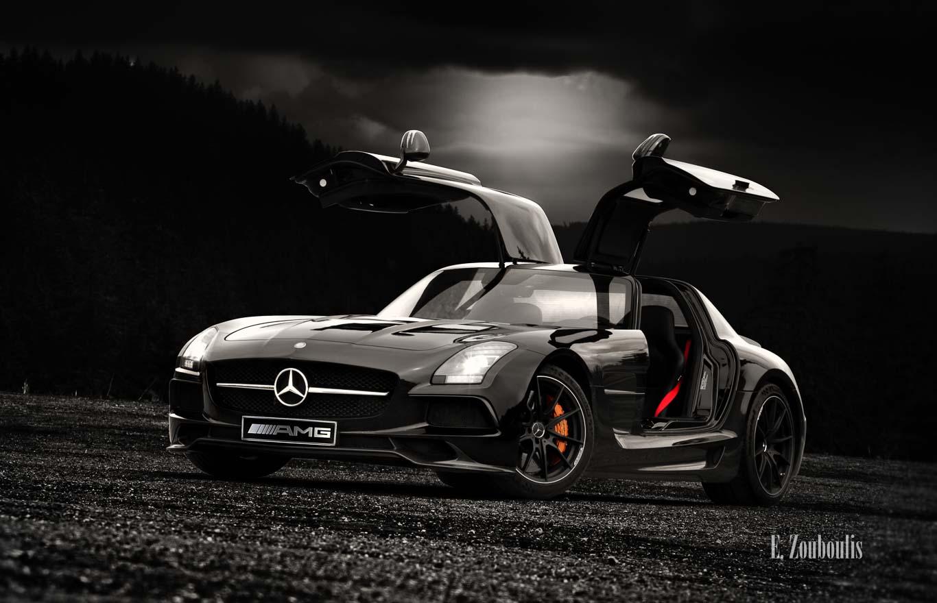 Fotografie eines schwarzen Mercedes-AMG SLS Black Series mit geöffneten Flügeltüren