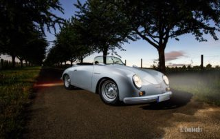Porsche 356 Speedster zwischen einer Baumallee am Abend