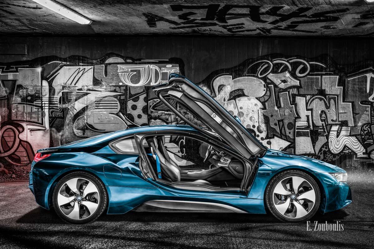 Ein BMW i8 unterwegs auf den Strassen Stuttgarts. Hier mit geöffneten Flügeltüren vor einer Graffiti Wand in Bad-Cannstatt