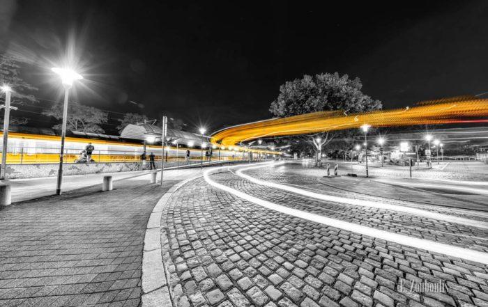 Straßenbahnen und Busse, die den Bahnhof in Stuttgart Feuerbach passieren