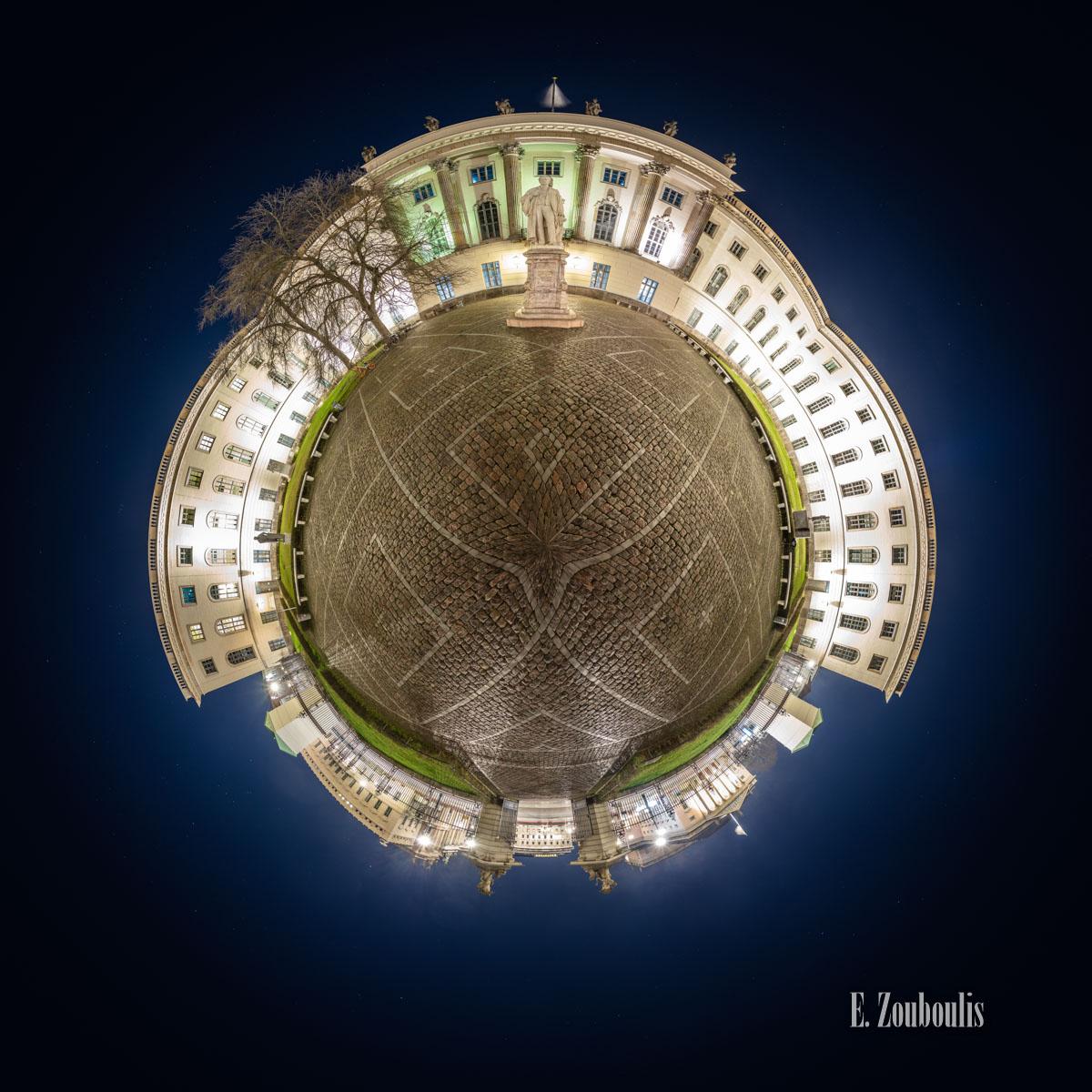 Berlin - Die Eule - Kleiner Planet von der Humboldt Universität Berlin bei Nacht