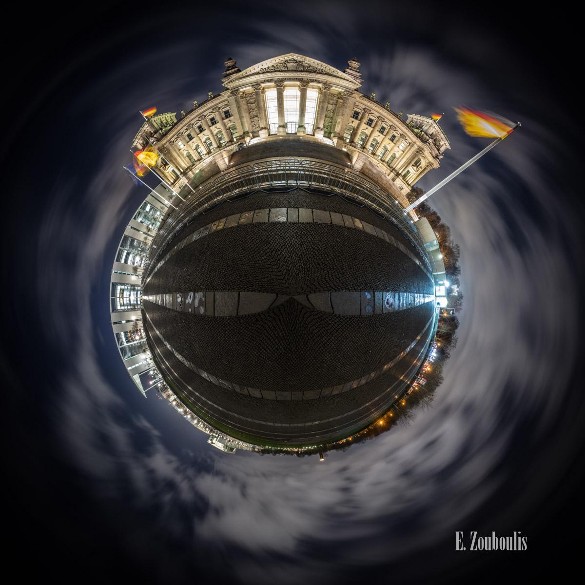 Planet Reichstag Berlin - Kleiner Planet vom Reichstag in Berlin bei Nacht